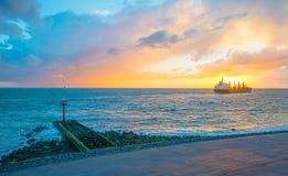 Łódkowaty żeglowanie przy morzem wzdłuż dajka przy zmierzchem Fotografia Stock