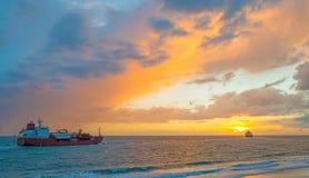 Łódkowaty żeglowanie przy morzem wzdłuż dajka przy zmierzchem Zdjęcia Royalty Free