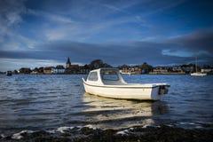 Łódkowaty chwytający złoty światło słoneczne przy Bosham w Sussex Obraz Royalty Free