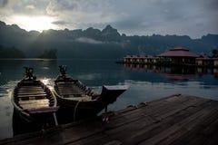 Łódkowaty dok przy bambusową tratwą Obraz Stock