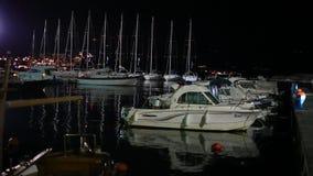 Łódkowaty dok przy nocą w Budva zbiory