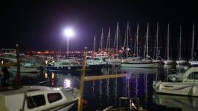 Łódkowaty dok przy nocą w Budva zdjęcie wideo