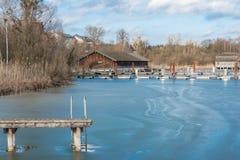 Łódkowaty dom na zamarzniętym Jeziornym Chiemsee w zimie Zdjęcia Stock