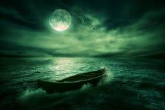 Łódkowaty dryfować daleko od w środkowym oceanie po burzy Obraz Royalty Free