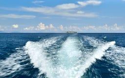 Łódkowaty kilwater i niebieskie niebo Zdjęcia Stock