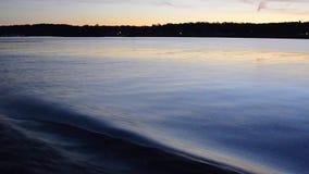 Łódkowaty kilwater przy półmrokiem zdjęcie wideo