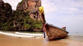 Łódkowaty kiwanie na morzu