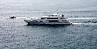łódkowaty luksusu silnika jacht Obrazy Stock