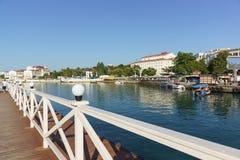 Łódkowaty molo i prom w Artyleryjskiej zatoce Biała architektura nadmorski miasteczko Obraz Royalty Free
