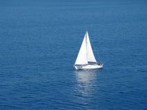 łódkowaty osamotniony żagiel Obraz Royalty Free
