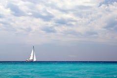 łódkowaty osamotniony żeglowanie fotografia stock