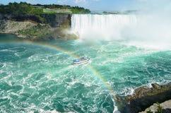 Łódkowaty pełny z turystycznym omijaniem pod dwoistą tęczą na sposobie t Obraz Royalty Free