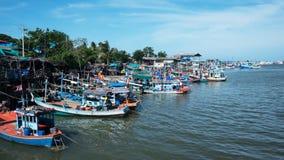 łódkowaty połowu dziewczyny portu obsiadanie Zdjęcie Stock