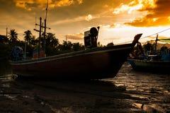 łódkowaty połowu dziewczyny portu obsiadanie Obrazy Stock