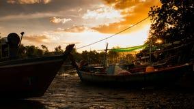 łódkowaty połowu dziewczyny portu obsiadanie Obraz Royalty Free