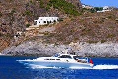 łódkowaty postu silnika pluśnięcia kilwater Obrazy Royalty Free