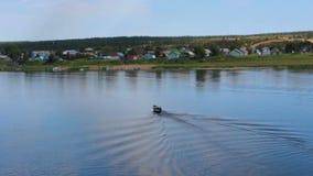 Łódkowaty skrzyżowanie przez rzekę w Północnej Rosyjskiej wiosce zbiory wideo