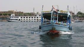 Łódkowaty taxi i Luxor świątynia na Nil rzece w Luxor Egipt Obrazy Stock