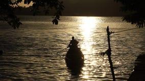 Łódkowaty trantranport krzyż rzeka zbiory