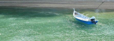 Łódkowaty unosić się na dennej pobliskiej plaży Obraz Stock
