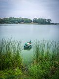 Łódkowaty unosić się na Masurian jeziorze Zdjęcie Stock