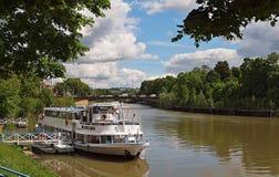Łódkowaty Wilhelma na Neckar rzece w Stuttgart obraz stock