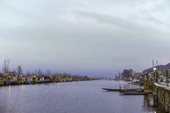 Łódkowaty wywoławczy ` Shikara ` używać lokalnymi ludźmi podróżować krzyż Dal jezioro Fotografia Royalty Free