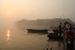łódkowatych pasażerów rzeczny wschód słońca Yangtze Zdjęcia Royalty Free