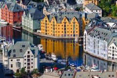 łączący budów sześcianów formularzowi domy bawją się drewnianego Sceniczny Alesund Norwegia Obraz Royalty Free