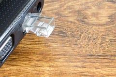 Łączący lan przesyła laptop na białym tle Pojęcie laptop bez interneta Zdjęcie Stock