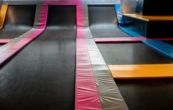 Łączący trampolines dla salowego doskakiwania Nowa rewolucja pl fotografia royalty free