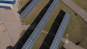 Łączący wytwarzanie siły wiatraczki i panel słoneczny są na drodze, zapewniają, benzynową stację i szklarnię Odgórnego widoku ant zbiory