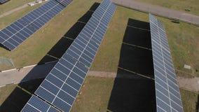 Łączący wytwarzanie siły wiatraczki i panel słoneczny są na drodze, zapewniają, benzynową stację i szklarnię Odgórny widok zbiory