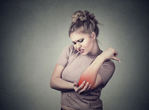 Łączny rozognienie z czerwonym punktem na kobieta łokciu Ręka urazu bólowy pojęcie Kobieta z bolesnym łokciem Obrazy Royalty Free