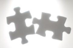 Łączyć dwa łamigłówka kawałka przeciw światłu. Zdjęcie Stock