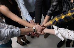 Łączyć ręki Mieszają Wpólnie Zdjęcia Stock
