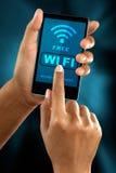 Łączy bezpłatna wi fi strefa na mądrze telefonie Zdjęcia Stock