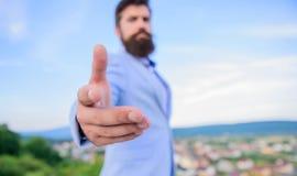 Łączy mój biznes Biznesowi związki Ręka biznesmen oferty ręka dla uścisku dłoni niebieskiego nieba tła handshake zdjęcie royalty free