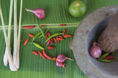 Łączy polewkę, ziołowy Tajlandzki jedzenie na bananowym liściu tom yum Obrazy Stock
