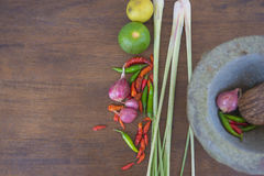 Łączy polewkę, ziołowy Tajlandzki jedzenie na drewnianym tle tom yum Obrazy Stock
