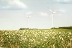 Łąka i silniki wiatrowi Obrazy Royalty Free