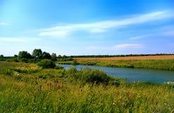 Łąka otwierał piękną panoramę rzeka Obrazy Stock
