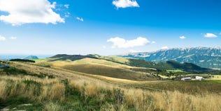 Łąki w górach tworzą sinuous linie Zdjęcie Royalty Free