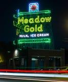 Łąkowy złoto, Neonowy znak 66 trasy fotografia royalty free