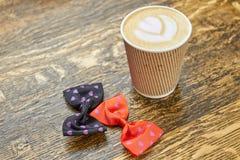 Łęków krawaty i latte filiżanka Obraz Stock