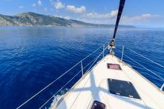 Łęk żeglowanie łódź, jacht/ Zdjęcia Royalty Free