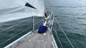 Łęk żeglowanie jacht robi sekcję powierzchnię morze