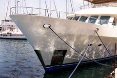 Łęk biały jacht zakotwiczał w porcie, zakończenie up Obrazy Royalty Free