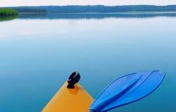 Łęk kajak łęk żółty kajak nad wodą Zdjęcia Royalty Free