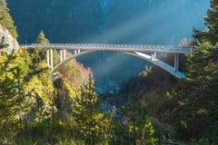 Łęk kształtował most nad rzeką blisko do drogi która przewodzi Mangart comber w Juliańskich alps wysoko zdjęcie royalty free
